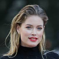 Doutzen Kroes verdient jaarlijks verschrikkelijk veel geld. Deze heerlijke, mooie jonge vrouw doet het financieel echt heel erg leuk!