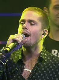 De vaak besproken Andre Hazes Junior, hij verdient een leuk inkomen met zijn optredens die soms wel 9.000 euro voor een half uurtje kosten.