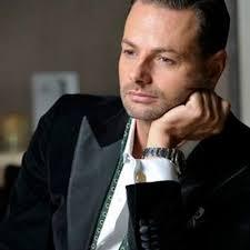 Het inkomen van Fred van Leer mag dan in TV wereld niet bijzonder heten maar voor een Stylist is het toch een loon waar zijn mode bewuste collega's van dromen..